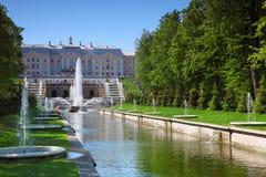 Fuentes magníficas de la cascada en el jardín del palacio de Peterhof Imagen de archivo libre de regalías