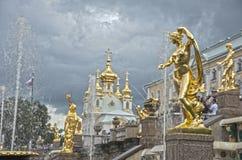 Fuentes magníficas de la cascada en el palacio de Peterhof fotografía de archivo