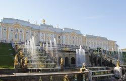 Fuentes magníficas de la cascada en el palacio de Peterhof, fuente Samson de St Petersburg Foto de archivo libre de regalías
