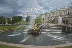 Fuentes magníficas de la cascada, palacio de Peterhof, Rusia Imagen de archivo