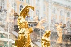 Fuentes magníficas de la cascada en el palacio de Peterhof Fotos de archivo