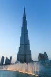 Fuentes musicales delante de Burj Khalifa Foto de archivo libre de regalías
