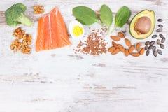 Fuentes naturales de Omega 3 ácidos, grasas no saturadas y fibra dietética, concepto sano de la nutrición, espacio de la copia pa imagenes de archivo