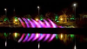 Fuentes que salpican coloridas en el lago Ardagani en el centro de ciudad de Batumi por la tarde almacen de metraje de vídeo