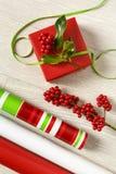 Fuentes rojas, blancas y verdes del envoltorio para regalos de la Navidad con la cinta grosgrain y las decoraciones botánicas nat Fotos de archivo libres de regalías