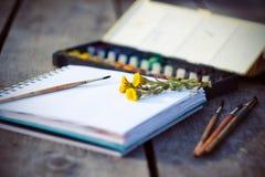 Fuentes, sketchbook y ramo del arte de coltsfoot de las flores imagen de archivo