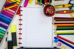 Fuentes y Apple de escuela Imagen de archivo libre de regalías