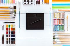 Fuentes y dispositivos para el concepto creativo del trabajo de arte, el sistema de las fuentes y la tableta digital del wacom en foto de archivo libre de regalías
