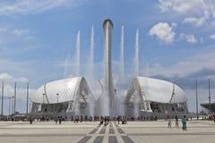 Fuentes y el estadio Fischt del canto en el parque olímpico de Sochi Foto de archivo libre de regalías