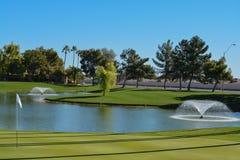 Fuentes y palmeras de agua en el condado de Maricopa, Glendale, Arizona imagen de archivo libre de regalías
