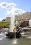 Fuentes y una cascada grande en Peterhof imagen de archivo libre de regalías