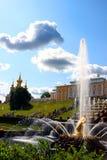 Fuentes y una cascada grande en Peterhof imagenes de archivo