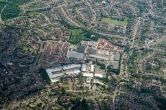 Fuera de centro comercial de la ciudad, lectura, visión aérea Foto de archivo libre de regalías