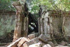 Fuera de la pared de la puerta derrumbada del templo de Bayon en Angkor Thom fotos de archivo