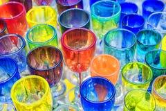 Fuera de los cubiletes de cristal coloreados Fotos de archivo