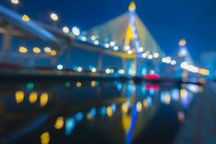 Fuera de luces del bokeh del foco del puente de Phomipoon con el reflextion del agua Imagen de archivo libre de regalías