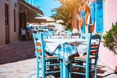 Fuera de restaurante azul y blanco tradicional, vacaciones griegas del concepto de la taberna en Grecia foto de archivo libre de regalías