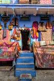 Fuera de una tienda típica en Jodhpur fotos de archivo libres de regalías
