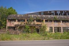 Fuera del edificio abandonado de la fábrica Imagenes de archivo