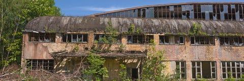 Fuera del edificio abandonado de la fábrica Fotos de archivo
