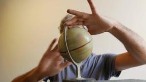 Fuera del hombre del foco que sostiene el globo de la tierra almacen de video