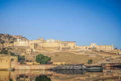 Fuerte ambarino con la luz de cielo azul clara, Rajasthán, la India Fotografía de archivo libre de regalías