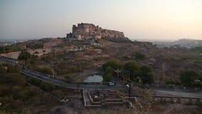 Fuerte de Mehrangarh, con el camino debajo y paisaje urbano de Jodhpur en fondo almacen de metraje de vídeo