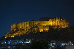 Fuerte de Mehrangarh en la noche en Jodhpur, la India Destino escénico del viaje y atracción turística famosa en Rajasthán, la In fotos de archivo