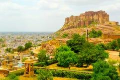 Fuerte de Mehrangarh que pasa por alto Jodhpur y el llano circundante imágenes de archivo libres de regalías