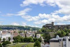 Fuerte del castillo francés y naturaleza hermosa en Lourdes, los Pirineos, Francia Imagen de archivo libre de regalías
