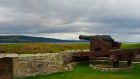 """Fuerte George, †de Inverness, Reino Unido """"20 de agosto de 2017: cañón en las paredes del ` s de George del fuerte almacen de video"""