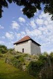 Fuerte mediaval viejo de la protección en el graduado del correo en Kamnik Fotografía de archivo