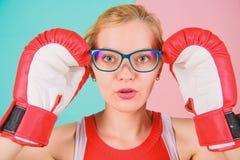 Fuerte mentalmente y f?sicamente Elegante y fuerte Los guantes de boxeo de la mujer ajustan las lentes Triunfo con fuerza o intel foto de archivo libre de regalías