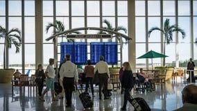 Fuerte Meyers - la Florida - 17 de diciembre de 2017 - los pasajeros comprueban hacia fuera informaciones del vuelo en el aeropue Imagen de archivo