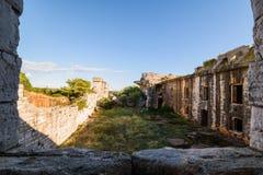 Fuerte militar abandonado cerca de la costa en Croacia Fotos de archivo