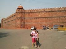 Fuerte rojo, Delhi, la India con el turista que tiene una oportunidad de la foto Fotografía de archivo