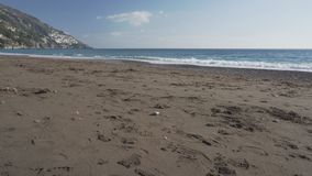 Fuerte viento en la playa abandonada del invierno en Positano almacen de metraje de vídeo