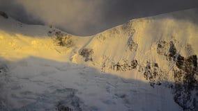 Fuerte viento y nubes oscuras sobre el pico de Mont Blanc francia metrajes