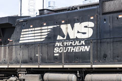 Fuerte Wayne - circa abril de 2017: Tren ferroviario meridional del motor de Norfolk El NS es un ferrocarril de la clase I en los Foto de archivo libre de regalías