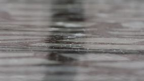 Fuertes lluvias en el agua almacen de video