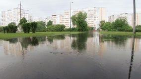 Fuertes lluvias en el parque de la ciudad almacen de metraje de vídeo