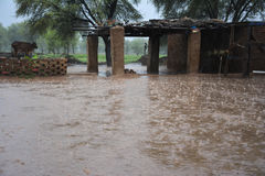 """Fuertes lluvias en hermosa vista del campo de un †tradicional del pueblo """" Fotografía de archivo libre de regalías"""