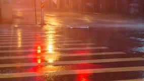 Fuertes lluvias en la calle de la ciudad imagen de archivo libre de regalías