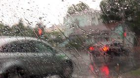 Fuertes lluvias en las calles de la ciudad almacen de metraje de vídeo