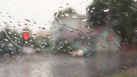 Fuertes lluvias en las calles de la ciudad metrajes