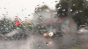 Fuertes lluvias en las calles de la ciudad almacen de video