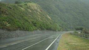 Fuertes lluvias por dentro del coche con ir del limpiador de parabrisas metrajes