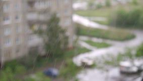 Fuertes lluvias que caen contra el cristal de ventana grande almacen de metraje de vídeo