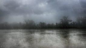 Fuertes lluvias sobre un río Fotos de archivo libres de regalías