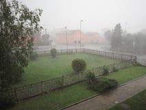 Fuertes lluvias y saludo imagenes de archivo